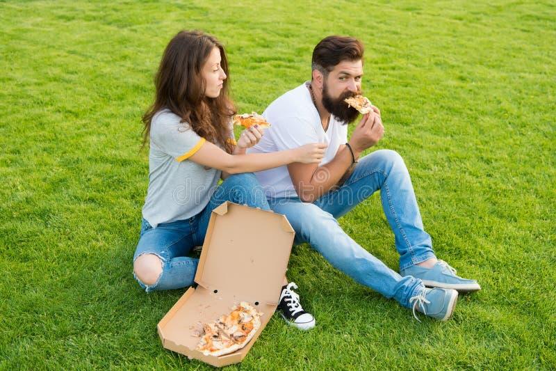 Denna är min skiva sommarpicknick på grönt gräs par som ?ter lycklig pizza helg f?r fader f?r cykelbarnfamilj F?r?lskad datumm?rk royaltyfri foto
