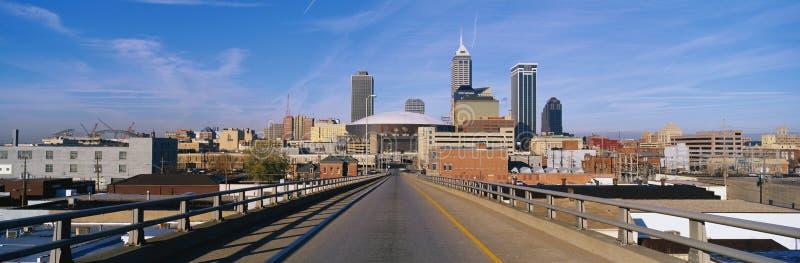 Denna är mitten för för den Indianapolis tillståndscapitolen och townen i morgonlampa Det finns en stor väg som leder in i staden arkivfoto