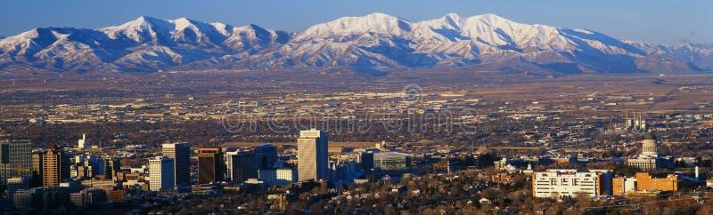 Denna är tillståndscapitolen med Greatet Salt Lake, och snow capped Wasatch berg i morgon tänder Det ska vara vintern Olymp royaltyfria bilder