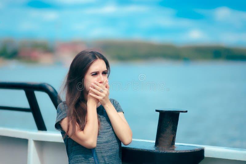 Denna chora kobiety cierpienia ruchu choroba podczas gdy na łodzi zdjęcia royalty free