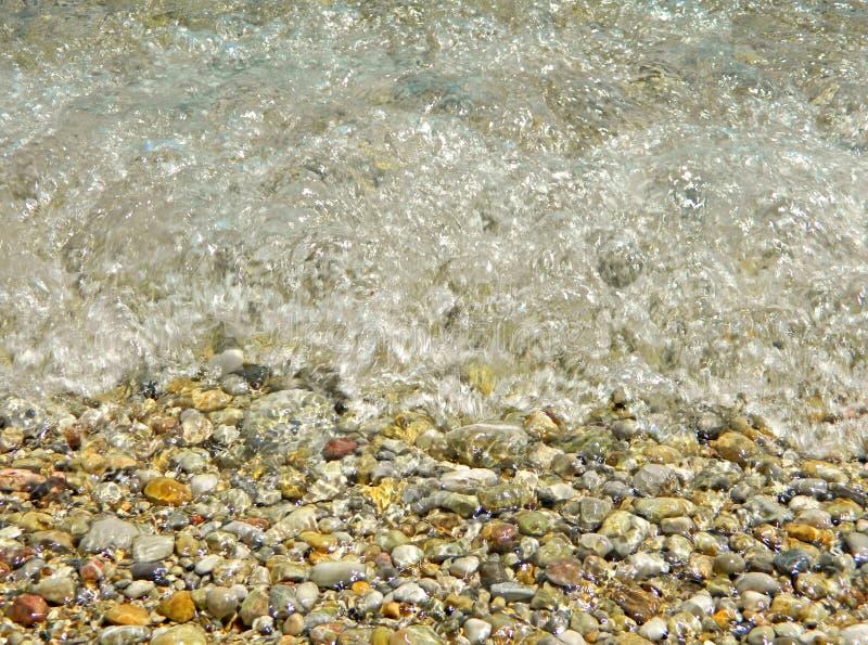 Denna fala uderza skały na plaży obrazy stock