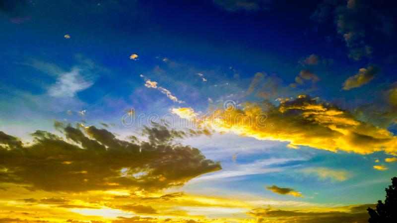Denna himmel talar i brand arkivfoto