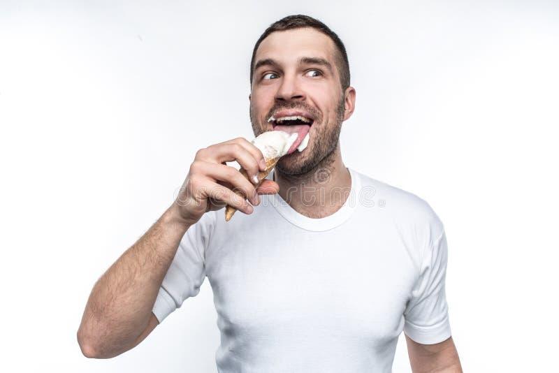 Denna stora grabb är som en liten pojke Han gillar sötsaker och glass Han gillar en kotte mycket av glass Mannen ser fotografering för bildbyråer