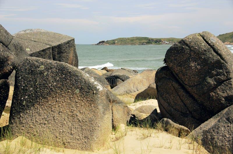 Denna synklina plaż skały zdjęcie royalty free