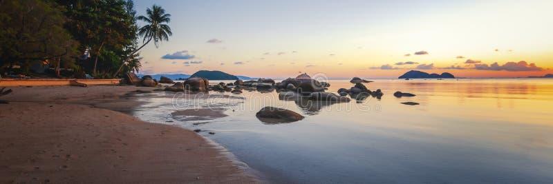 Denna zmierzch skał plaża na niebieskiego nieba tle Piękno wieczór wschód słońca plaża kołysa piaskowatego fotografia royalty free