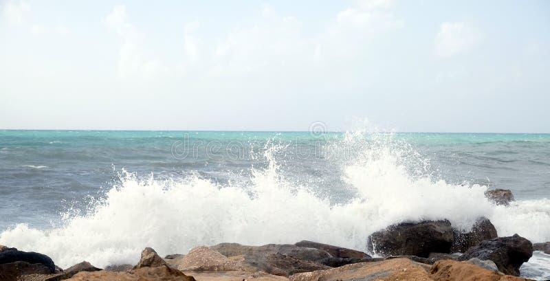 Denne fala łamają o nabrzeżnych kamieniach podczas burzy obraz royalty free
