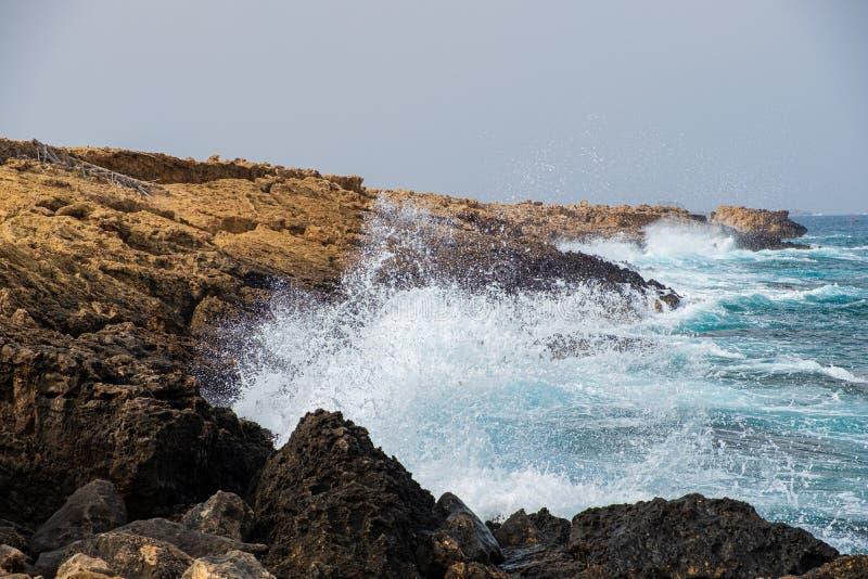 Denne fale rozbijają na skałach przy Apostolos Andreas plażą w Karpasia, Cypr obraz stock