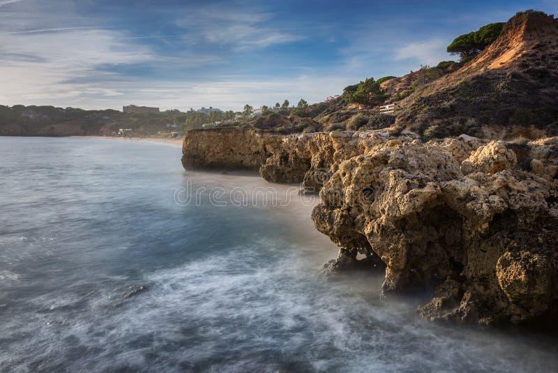 Denne falezy w Albufeira i pięknej plaży w Portugalia zdjęcie stock