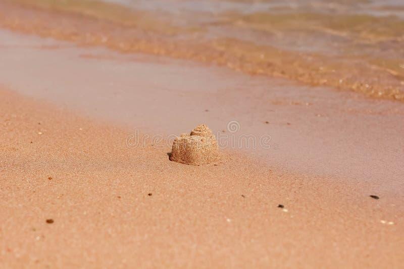 denne falowe rolki na wybrzeżu Na piasków dzieci kulebiakach budują fotografia royalty free
