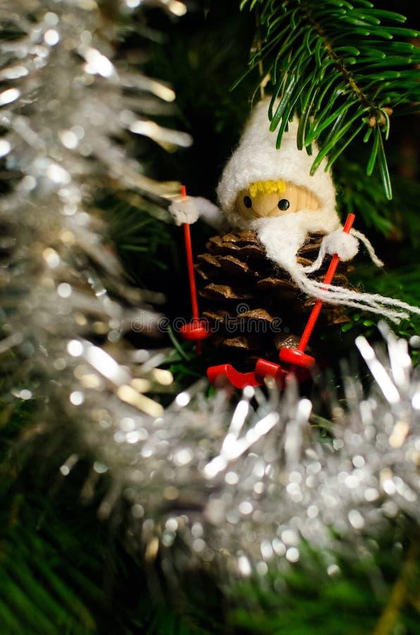 Denneappelbeeldje in Kerstmisboom royalty-vrije stock fotografie