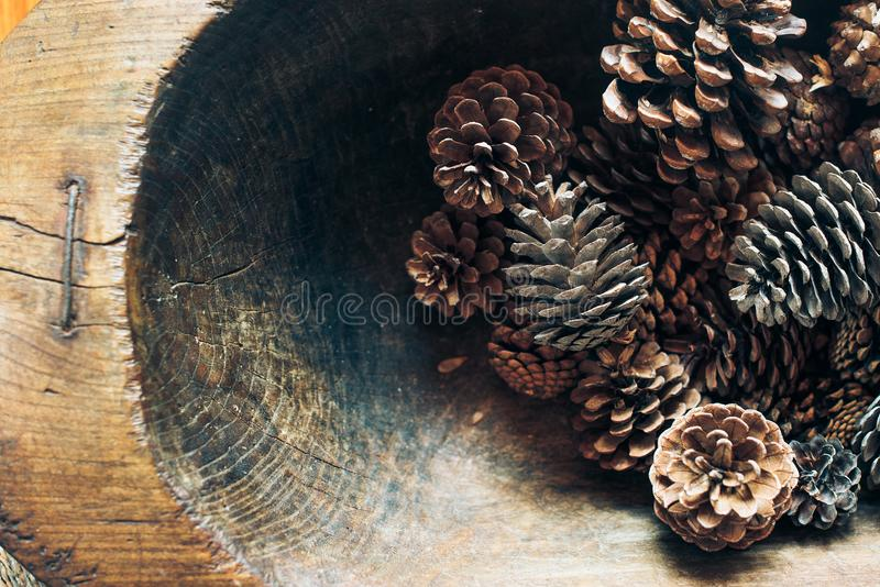 Denneappelsachtergrond Vele kegels in rustieke houten kom De denneappels, sluiten omhoog De herfst, de winterdecoratie Bekijk mij stock foto's