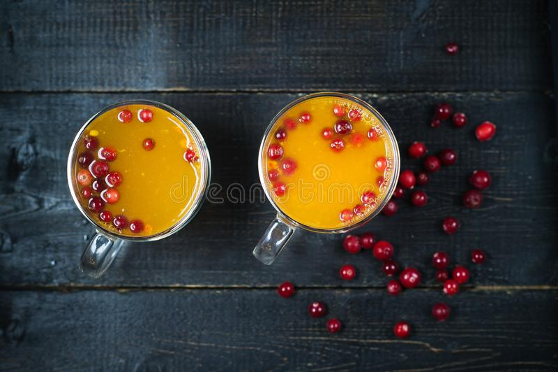 Dennego buckthorn herbata w fili?ankach na czarnym tle zdjęcie royalty free
