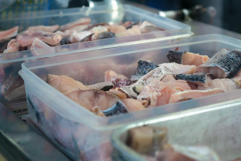 Dennego jedzenia kulinarny przygotowanie, plasterek ?wie?a wy?mienicie surowa fotograf ryba w zbiorniku boksuje dla azjatykciego  obrazy royalty free