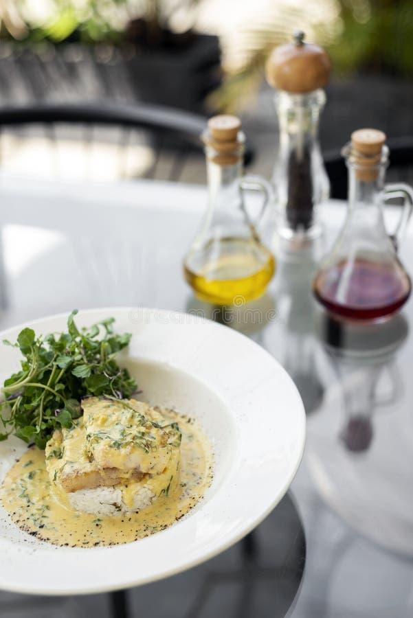 Dennego leszcza rybi polędwicowy w śmietankowym musztarda koperze i cytryna kumberlandu restauracyjnym posiłku na talerzu obraz stock