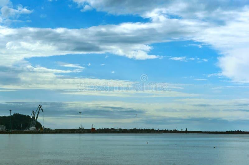 Dennego połowu port w odległości, morze bałtyckie połowu, chmurnieje nad morzem fotografia stock