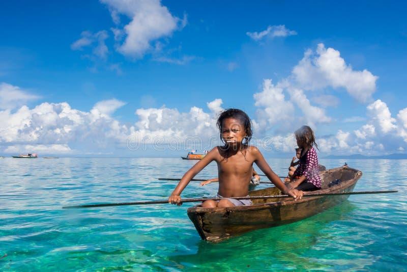 Denni cyganów dzieciaki na ich sampanie zdjęcie royalty free