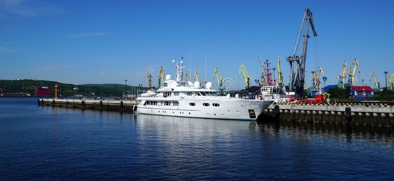 Denni tugboats, żurawie i rejsu jacht holujący molo, obrazy stock