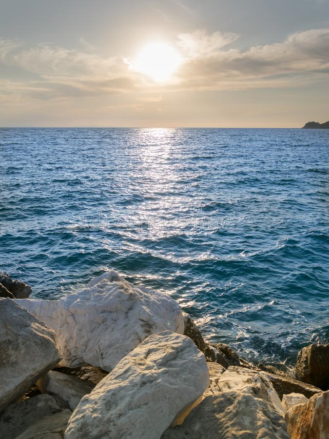 Denny †‹â€ ‹widok z białymi kamieniami, błękitnym morzem i jasnym niebem, zdjęcia royalty free