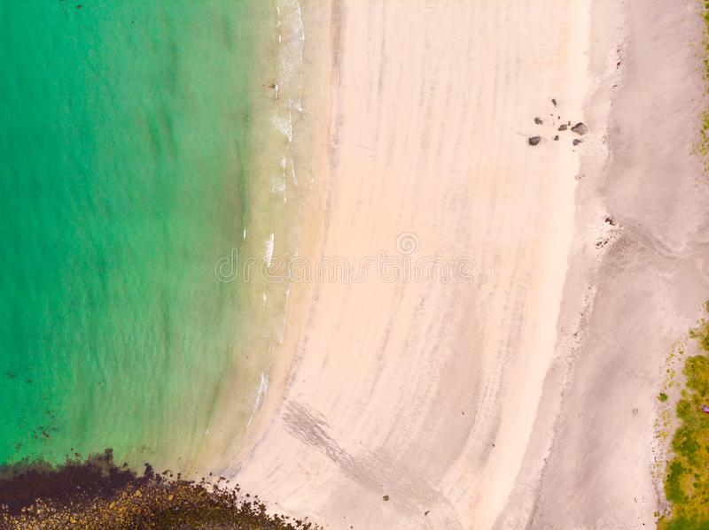 Denny brzeg, biały piasek i turkus woda, zdjęcie royalty free