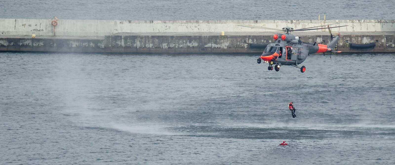 DENNY helikopter I płetwonurek obrazy royalty free