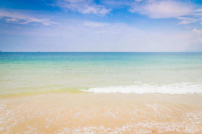 Download Denny niebo niebieskie obraz stock. Obraz złożonej z promień - 57652933