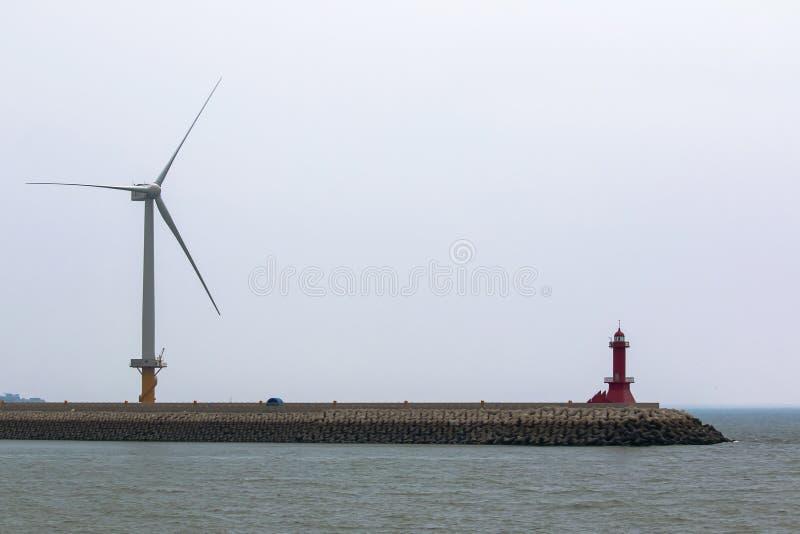 denny przylądek z latarnią morską silnik wiatrowy zdjęcia stock