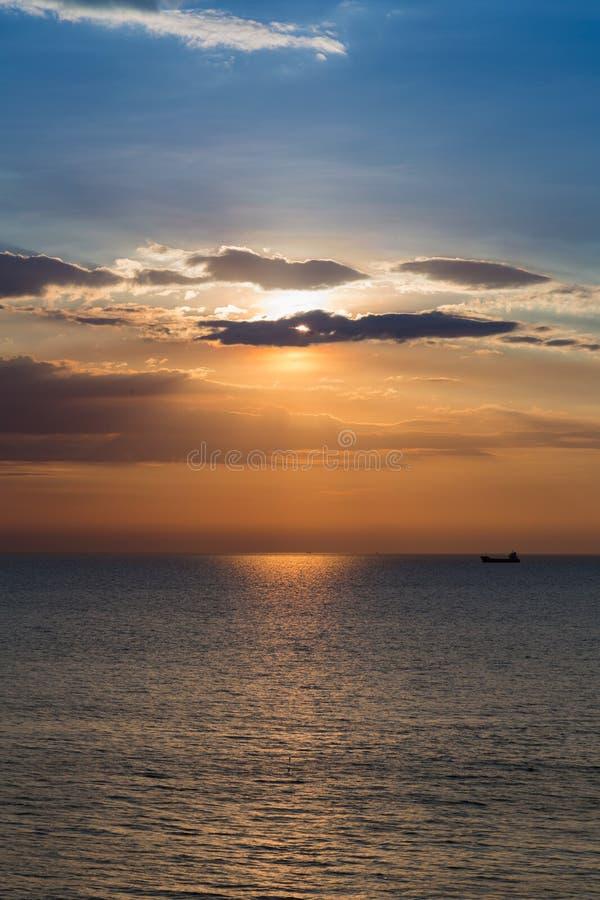 Denny słońce i niebo, zmierzch nad linią brzegową obraz stock