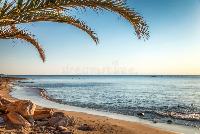 Denny widok i piaskowata plaża w Paralia obrazy stock