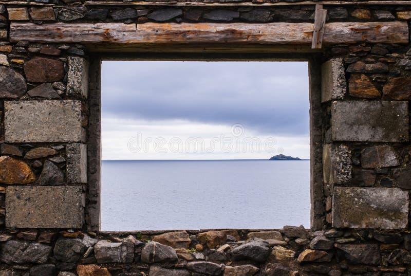 Denny widok od kamiennego okno stara ruina blisko oceanu obraz royalty free