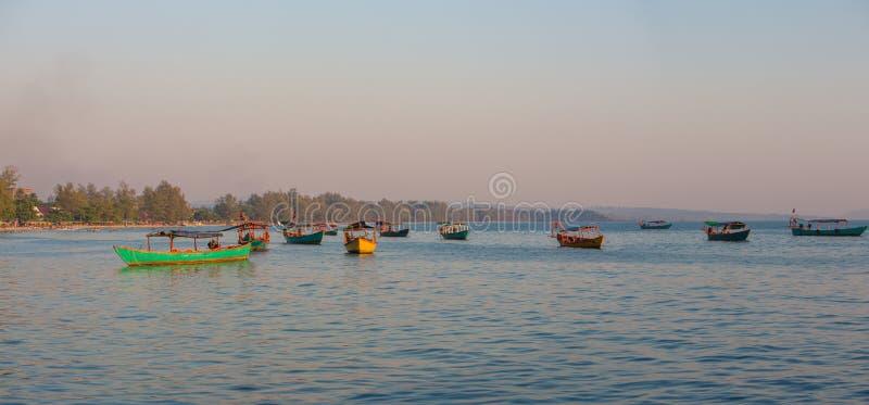Denny widok z khmer łodziami, plaża Sihanoukville Kambodża obrazy stock