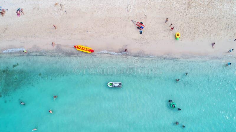 Denny widok z lotu ptaka i odgórny widok, zadziwiający natury tło Pięknie jaskrawy i Lazur plaża z skalistym zdjęcie stock