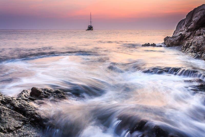 Denny wschód słońca przy Surin plażą Phuket, Tajlandia obrazy stock