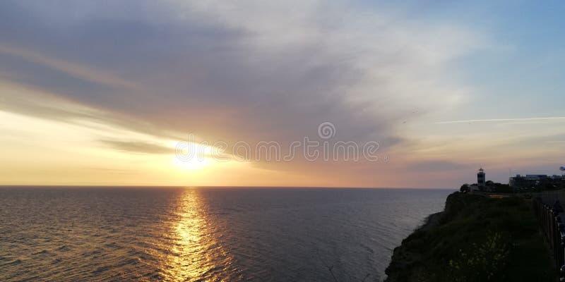 Denny zmierzchu krajobraz w b??kita i z?ota brzmieniach Na powierzchni morze s?oneczna ?cie?ka b?yska Bakan obrazy royalty free