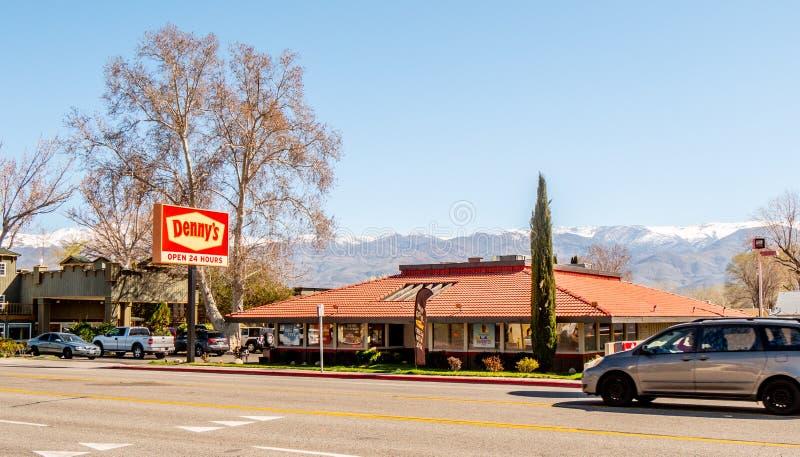 Εστιατόριο Dennys στην πόλη του επισκόπου - ΕΠΙΣΚΟΠΟΣ, ΗΠΑ - 29 ΜΑΡΤΊΟΥ 2019 στοκ φωτογραφία με δικαίωμα ελεύθερης χρήσης