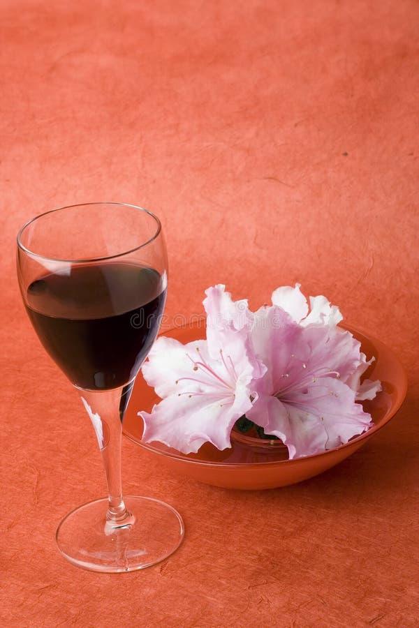 Denominando a série; Vidro de vinho, azalias, espaço alto, superior. foto de stock royalty free