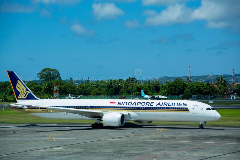 Denpasar, Μπαλί, Ινδονησία - 30 Απριλίου 2019: Αεροπλάνο της Singapore Airlines στο διεθνή αερολιμένα Ngurah Rai στοκ εικόνες