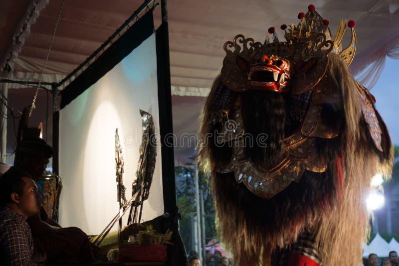DENPASAR/BALI- 29-ОЕ ДЕКАБРЯ 2017: Kulit Wayang индонезийская культура вызвало Тень Марионетку Оно сыграно людьми которые вызвали стоковое изображение rf