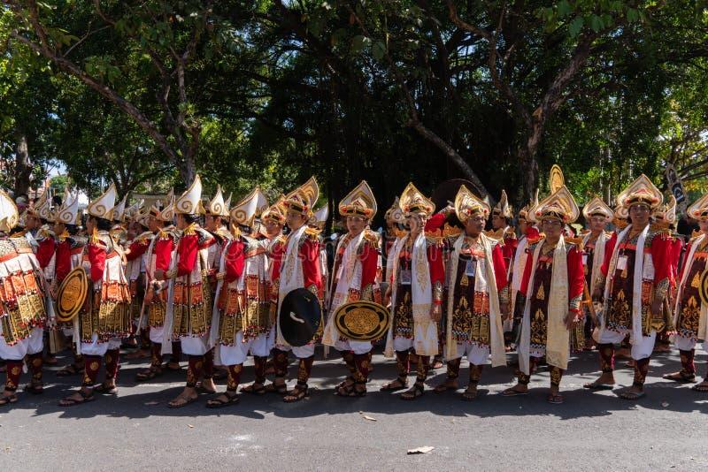 DENPASAR/BALI- 15-ОЕ ИЮНЯ 2019: Танцоры Baris Gede выравнивают вверх подготавливать для шоу на церемонии открытия искусств Бали стоковая фотография rf