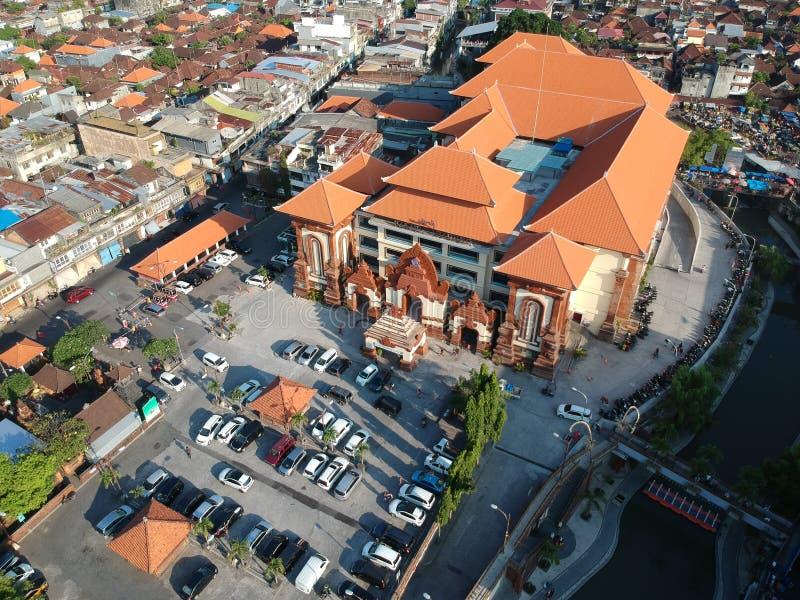 DENPASAR/BALI- 14-ОЕ МАЯ 2019: Вид с воздуха рынка Денпасара Badung традиционного Это новое здание после того как оно сгорело лет стоковое фото rf