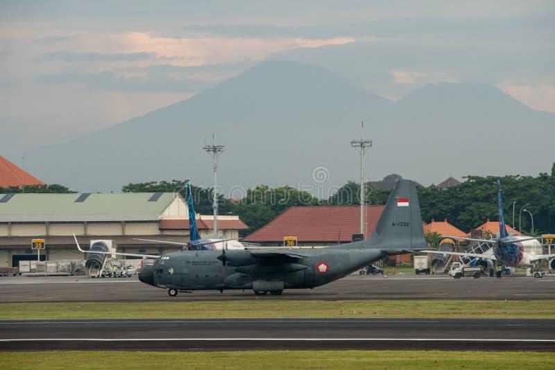 DENPASAR/BALI-APRIL 16 2019年:印度尼西亚空军军用飞机准备在国际机场拉伊起飞 免版税库存图片