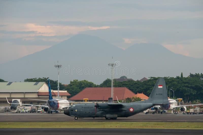 DENPASAR/BALI-APRIL 16 2019年:印度尼西亚空军军用飞机准备在国际机场拉伊起飞 库存照片