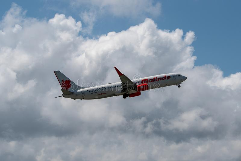 17 denpasar/bali-APRIL 2019: 17 denpasar/bali-APRIL 2019: Het vliegtuig dat door Malindo Airlines wordt bezeten stijgt van Ngurah stock foto