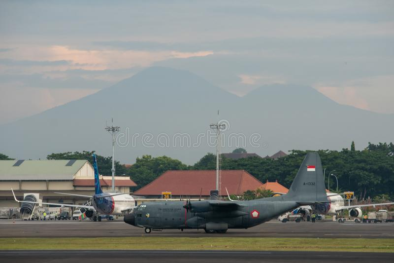 DENPASAR/BALI-APRIL 16 2019: Indonezyjski si?y powietrzne samolot wojskowy przygotowywa zdejmowa? przy lotniskiem mi?dzynarodowym zdjęcie stock