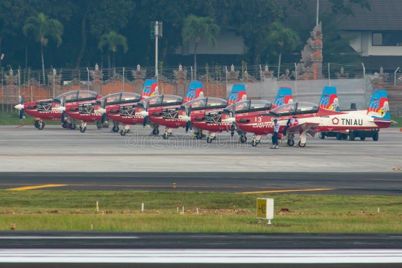 DENPASAR/BALI-APRIL 16 2019: lagflygplan för Jupiter som sju tillhör det indonesiska flygvapnet, parkeras på förklädet av arkivbild