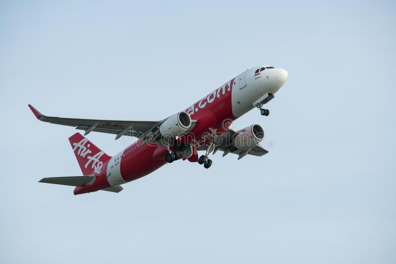DENPASAR/BALI- 20 AVRIL 2019 : Les avions commerciaux appartenant à la ligne aérienne asiatique de l'eau rouge décollent avec les photo libre de droits