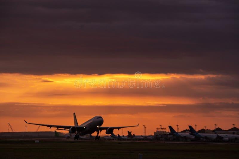 DENPASAR/BALI- 23 DE ABRIL DE 2019: Atividade do voo no aeroporto internacional de Ngurah Rai em Bali a onde o avião se está prep imagem de stock