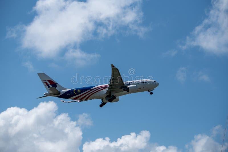 DENPASAR/BALI- 17 DE ABRIL DE 2019: El aeroplano poseído por Malaysia Airlines está sacando del aeropuerto internacional de Ngura foto de archivo libre de regalías