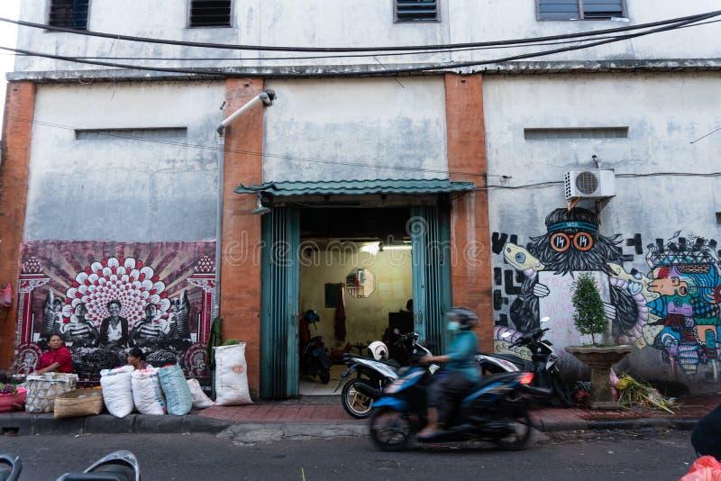 DENPASAR/BALI- 20 DE ABRIL DE 2019: Una esquina en un mercado tradicional de Badung donde hay algunas mujeres que venden las flor fotos de archivo