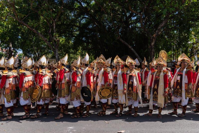 DENPASAR/BALI- 15 DE JUNIO DE 2019: Los bailarines de Baris Gede se están alineando la preparación para la demostración en la cer imagenes de archivo