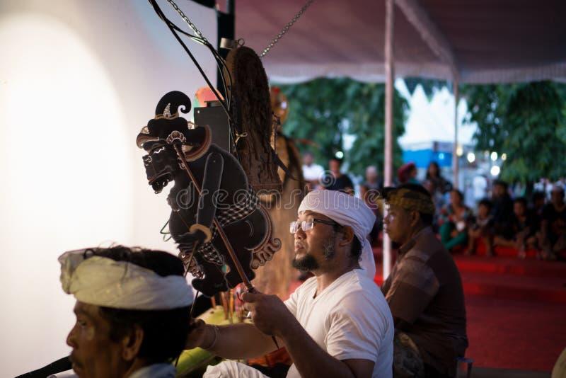 DENPASAR/BALI-, 29. DEZEMBER 2017: Wayang-kulit ist indonesische Kultur anrief Shadow Puppets Es wird von den Leuten gespielt, di stockfoto